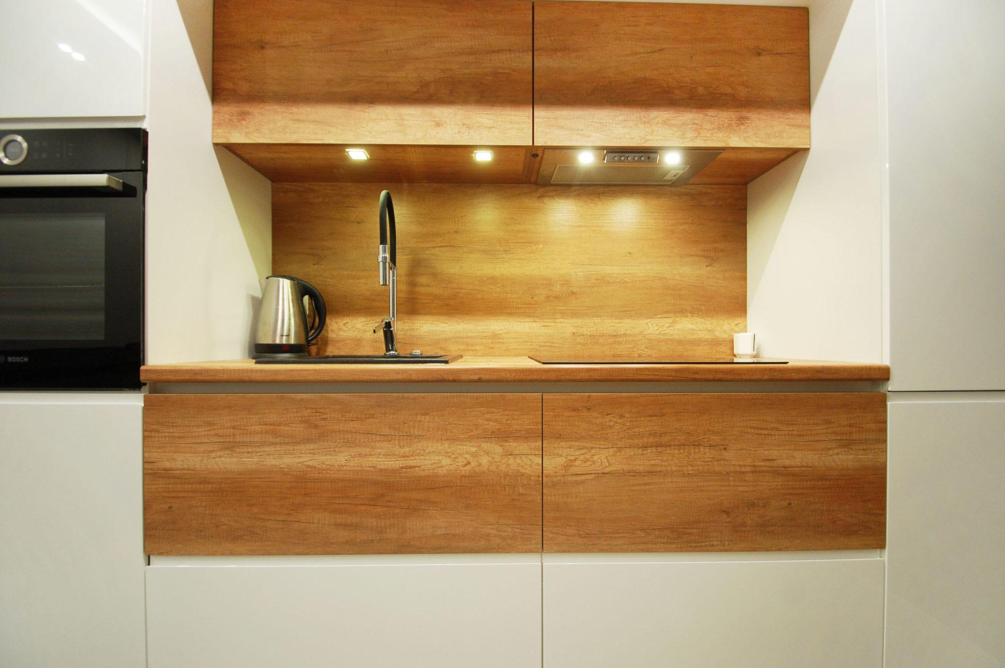 kuchnia nowoczesna z elementami drewna (2)