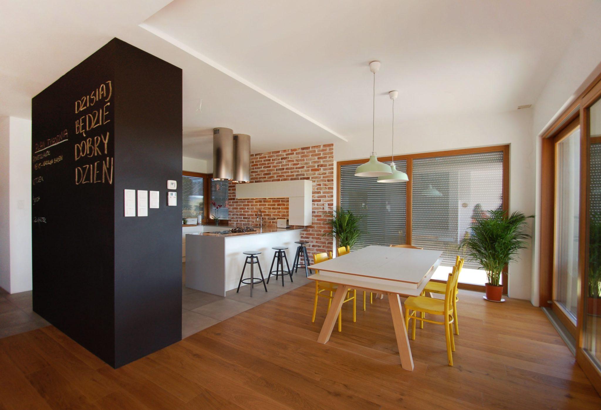 Kuchnia z czerwoną cegłą w bardzo loftowym stylu